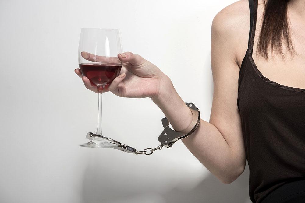 Чем женский алкоголизм отличается от мужского. Мнение психолога.