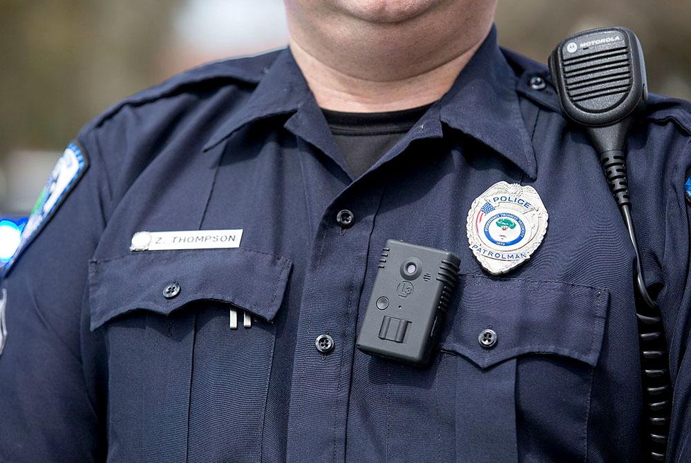 Камера для офицера: как в США борются с подбрасыванием наркотиков